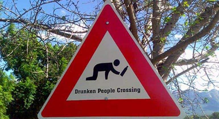 señal borrachos cruzando carretera