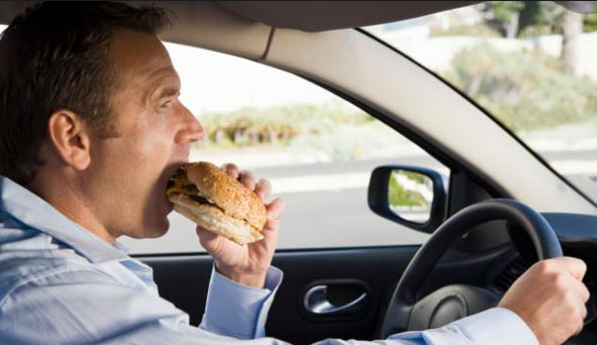 comer conduciendo